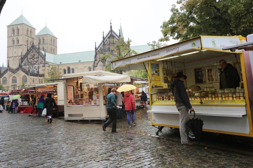 Der gelbe Verkaufswagen auf dem Wochenmarkt in Münster © Maren Kuiter