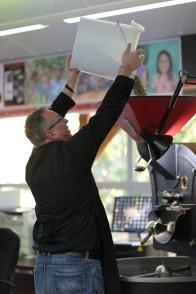 15 Kilogramm Rohkaffee wandern in die Rösttrommel