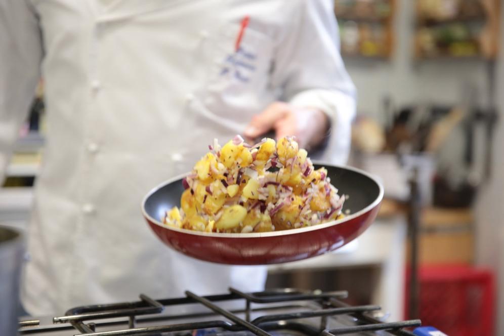 Gekonnt schwenkt Paul Riehemann die Bratkartoffeln