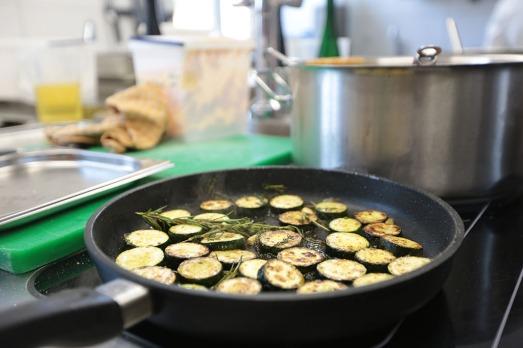 Pfanne mit Zucchinischeiben und Rosmarin