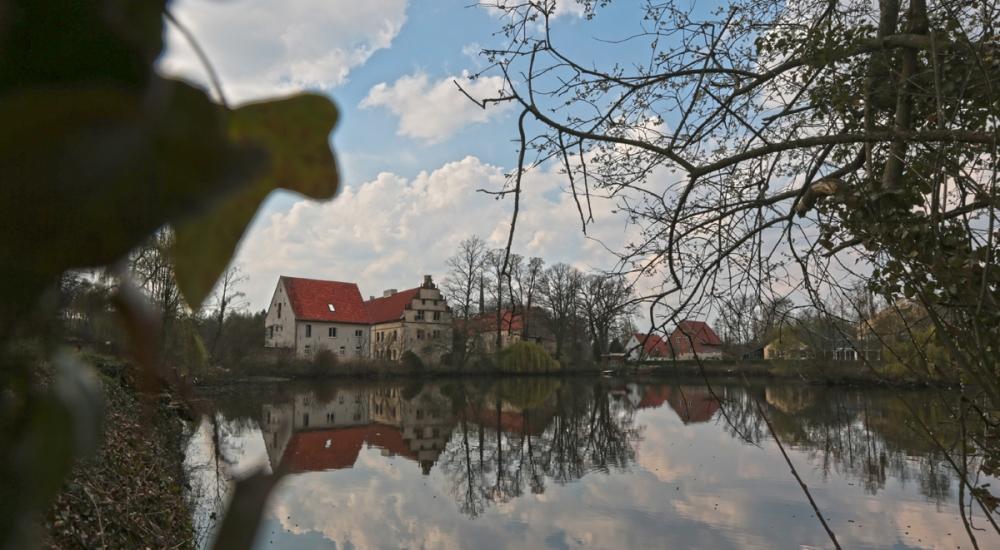 umringt von Wasser ist das Kloster Gravenhorst