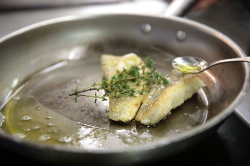 in der Küche wird Fisch zubereitet
