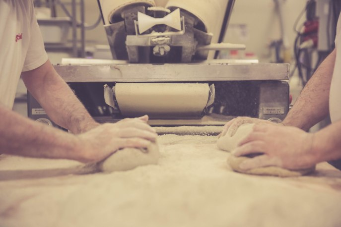Geübte kneten gleich zwei Portionen Teig auf einmal