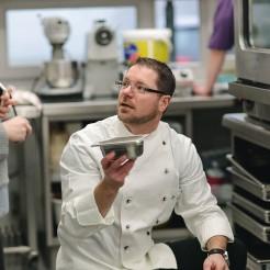 Heiko Weitenberg erklärt sein Herzstück des Betriebes: Die Küche