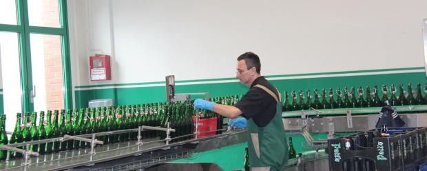 Die Mitarbeiter kontrollieren die Verschlüsse.