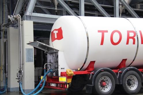 Ein Tankwagen wird mit Jungbier gefüllt.