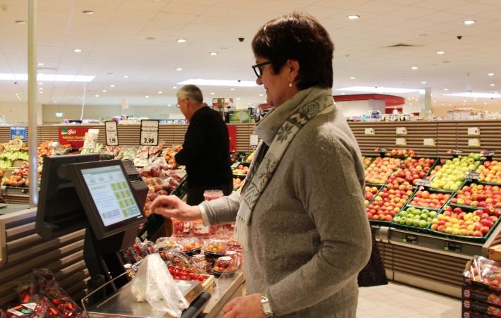 Mit vielen per Du: Elisabeth Wilger hilft Kunden auch gerne mal beim Abwiegen