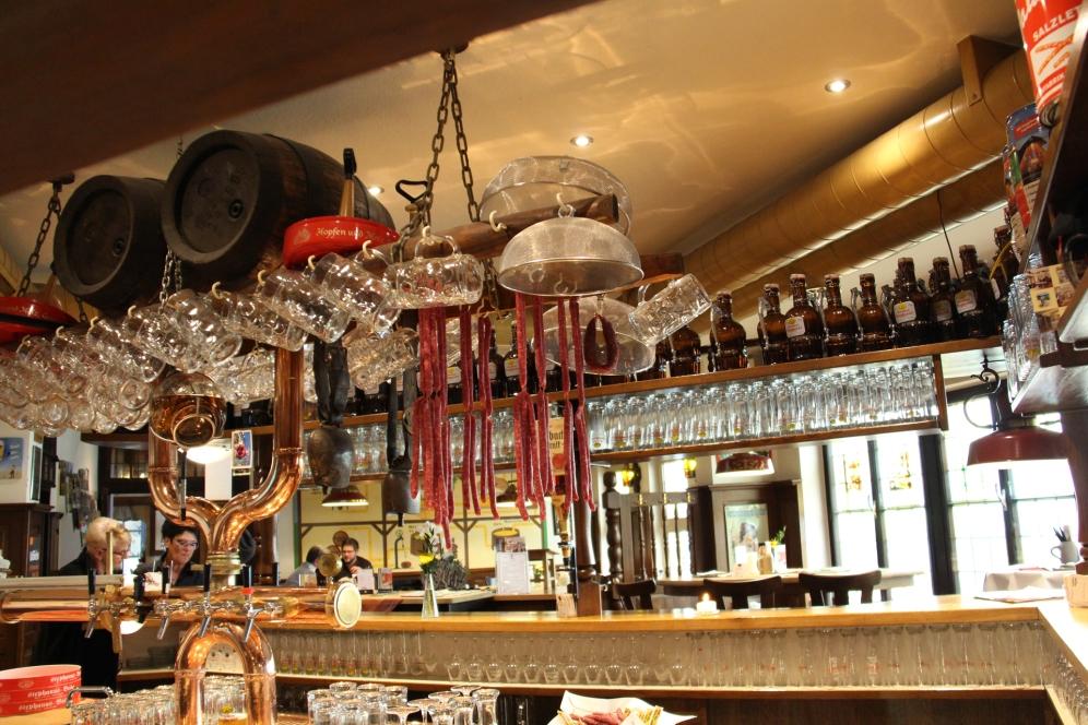 Neben Bierfässer und Biergläser gehören hier auch Bierknacker.