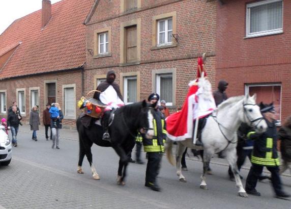 Der Nikolaus, Knecht Ruprecht und Hans Muff reiten in Schöppingen zum Rathaus.