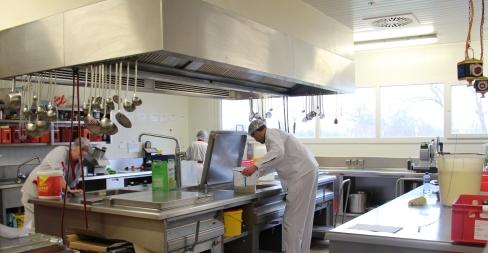 In der Küche wird vor allem für den Catering-Service gearbeitet.