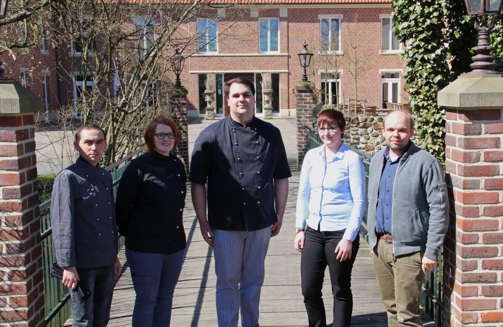 Elmar Grothues (r.) ist stolz auf seine jungen Mitarbeiter (v.l.): Nikolay Kim, Lisa-Marie Rülk, Marius Gnegel und Friederike Kalle.