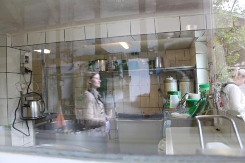 Man kann genau sehen, wie in der Käserei produziert wird.