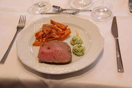 Die Hauptspeise: Roastbeef vom Vellerner Weiderind, Süßkartoffelwedges mit Parmesan und Bärlauchbutter.