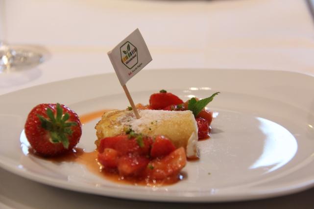 Die Nachspeise: Pfannkuchen mit Quark, Rhabarber und Erdbeeren