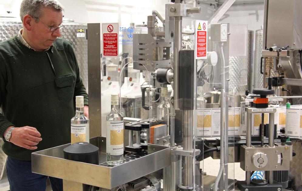 Besucher können den Mitarbeitern beim Befüllen und Etikettieren der Flaschen zusehen.