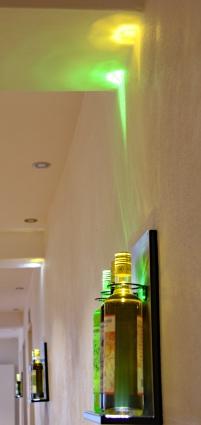 Farblich passende Spots machen aus den Flaschen kleine Kunstwerke.