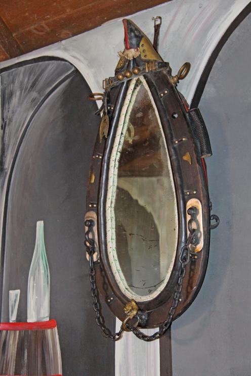 Ein Kummet, das Pferden bei der Feldarbeit umgelegt wurde, hat Christiane Nordhaus in einen Spiegel verwandelt!