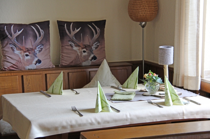 Ältere Gäste fragen oft explizit nach den beiden Tischen mit Tischtüchern.