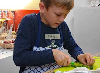 Richard, der Sohn von Mirarbeiterin Doreen Brand, kennt regionale, saisonale Produkte schon aus Mamas Küche.