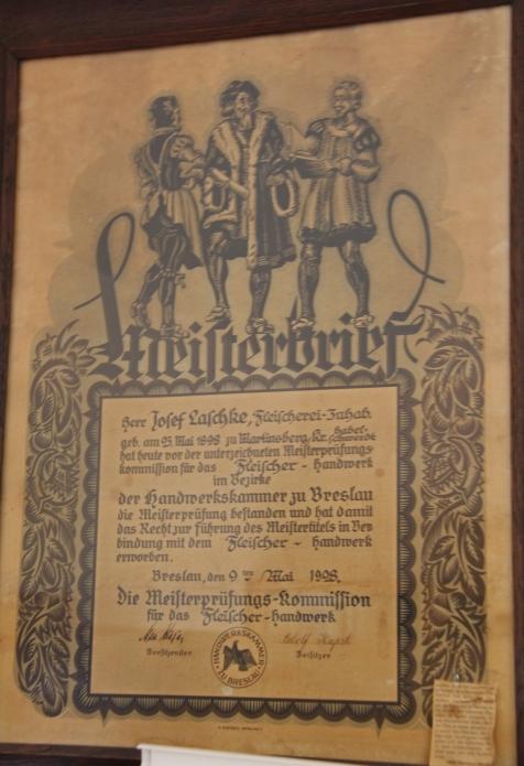 Der original Meisterbrief, der die Vertreibung eingenäht in den Mantel von Josef Laschke überstand.