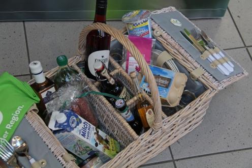 Ein Korb mit Köstlichkeiten, gefüllt mit ausgezeichneten Siegel-Produkten.
