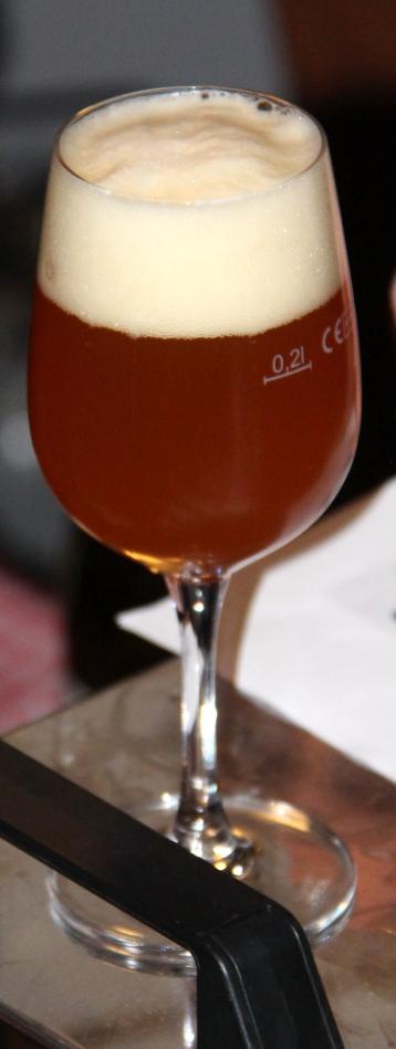 Die historischen Biere werden in Weingläsern serviert, damit sie ihr volles Aroma entfalten können.