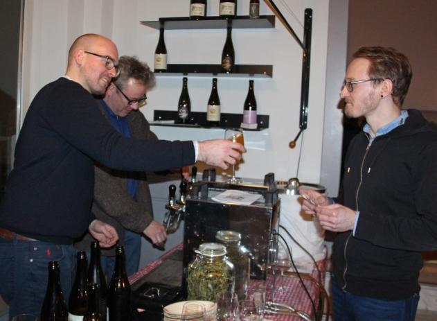 Jan Kemker (l.) und Philipp Overberg zapfen ihre spannenden Kreationen.