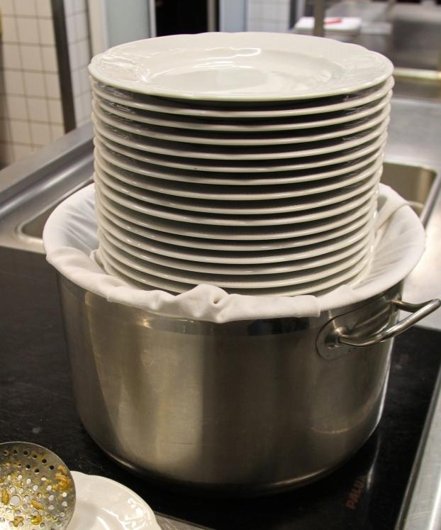 Wenn alle Zutaten gekocht worden sind, garen sie weiter. Ein afghanischer Trick: Ein Tuch um den Deckel schlagen, so bleibt der Reis schön locker und wird nicht matschig.