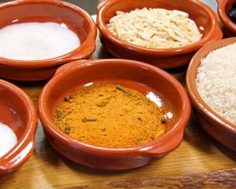 Eine besondere Note gibt Garam-Masala, eine Mischung mit Kardamom, Pfeffer, Gewürznelken und Kreuzkümmel.