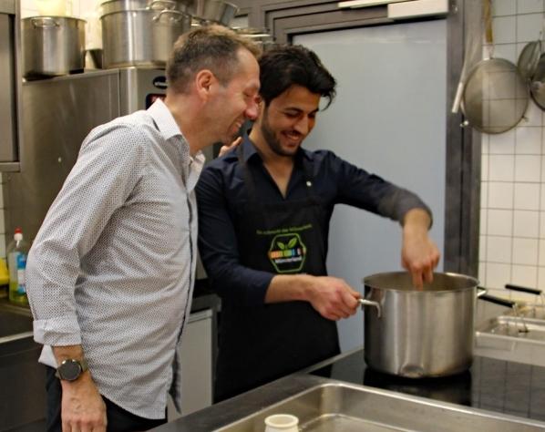 """Küchenmeister Martin Laubrock (l.) rät Shah Ahmadzai: """"Nicht zu scharf würzen."""""""