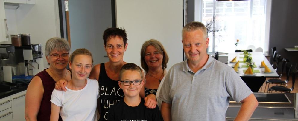 Familie Bußmann aus Reken mit den FBS-Mitarbeiterinnen Heike Hoppe (l.) und Mechthild Halsbenning (2.v.r.).