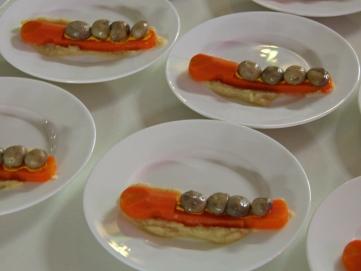 Entzückende Idee: Vier Champignon-Köpfe in einem Möhren-Bob.