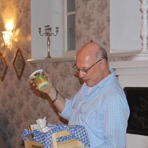 """Shake it! Den """"Jovel""""-Salat, vorgestellt von seinem Erfinder Michael Nölke, musste kräftig geschüttelt werden. Foto: Münsterland e.V."""